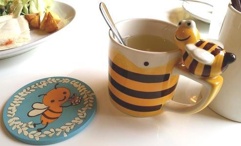 はちの巣カフェ はちみつ柚子茶 蜜蜂のコースターとコップ