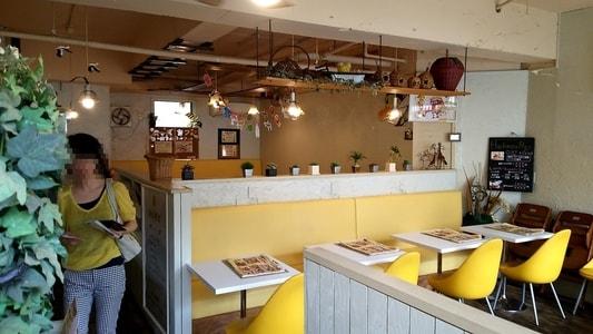 はちの巣カフェ 黄色で統一された店内