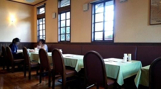 クラブハウス 店内 テーブル席