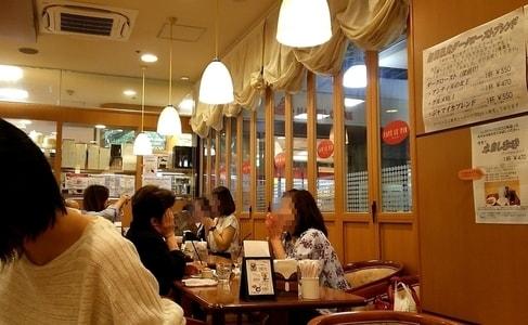ルパンの店内でおしゃべりに夢中の女性たち