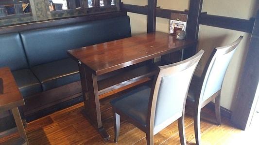 珈琲屋らんぷ 妙興寺店 テーブルと椅子