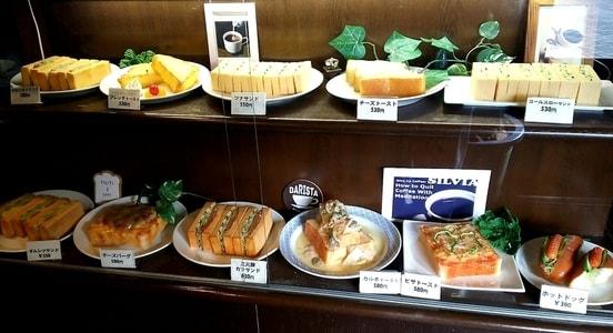 支留比亜のショーケースに並ぶ軽食メニュー サンドウィッチやアレンジしたトーストが並ぶ