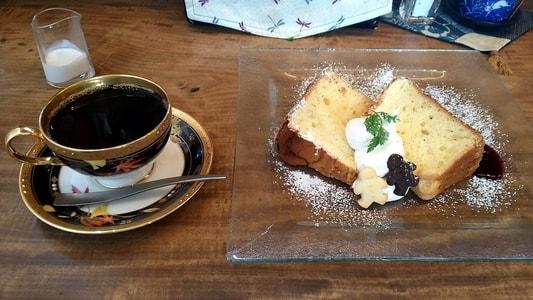 豆腐かふぇ浦島 浦島ブレンドと豆乳シフォンケーキを並べて撮った写真 コーヒーフレッシュも