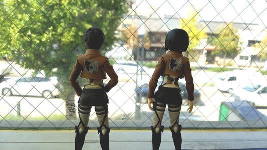 グラッチェガーデンズ桜山店の窓から外を眺めるエレンとミカサ