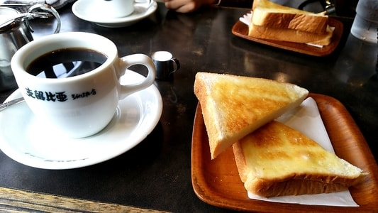 支留比亜本店のブレンドコーヒーとモーニングサービスのトーストセット