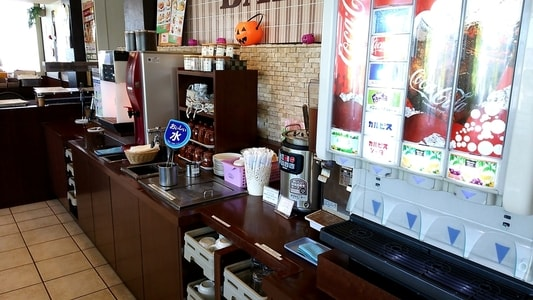 グラッチェガーデンズ桜山店のドリンクバーコーナー