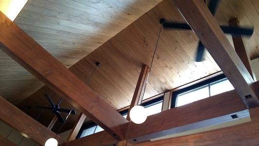豆腐かふぇ浦島の天井 シーリングファンと梁と照明