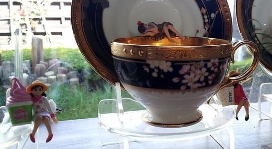 豆腐かふぇ浦島 コーヒーカップの上でくつろぐフチ子さんたち
