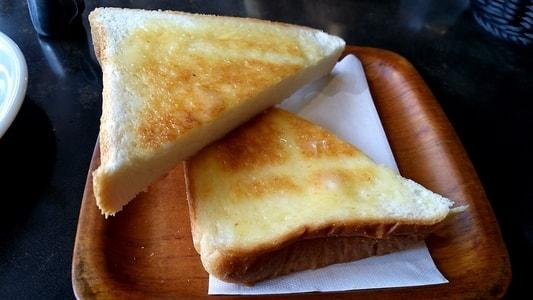 支留比亜本店のバターがたっぷり塗ってある厚切りトースト