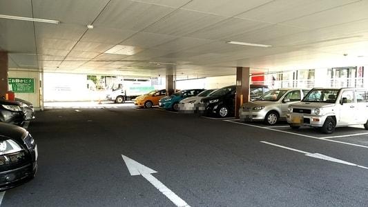 グラッチェガーデンズ桜山店の駐車場