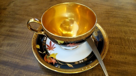 金色に輝くノリタケ製のティーカップ