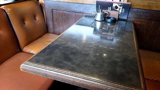 支留比亜本店のソファーとテーブル。使い古された家具の風合いが最高。