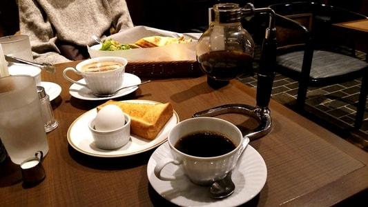 倉式珈琲店 栄オアシス21店 モーニングセットをテーブルに並べた様子