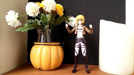 花ごよみの店内に飾られた花と一緒に写るアルミン