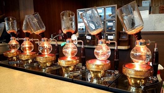 倉式珈琲店に並んだコーヒーサイフォン