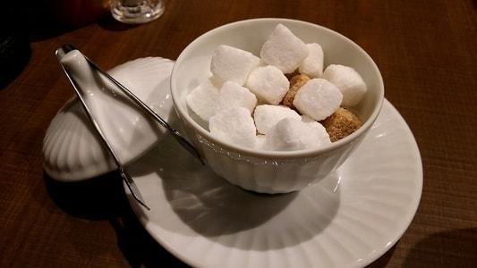 倉式珈琲店の砂糖 白の角砂糖と黒糖の角砂糖