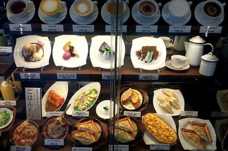 倉式珈琲店の軽食メニューの食品サンプルが入ったショーケース