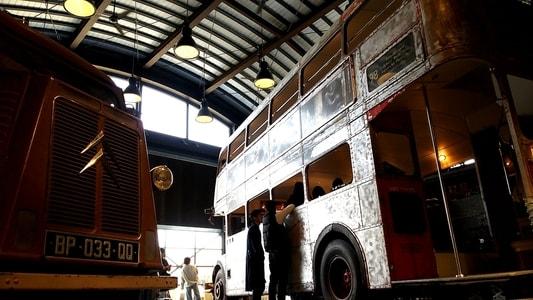 ラコリーナのギフトショップにある二階建てバスとシトロエン