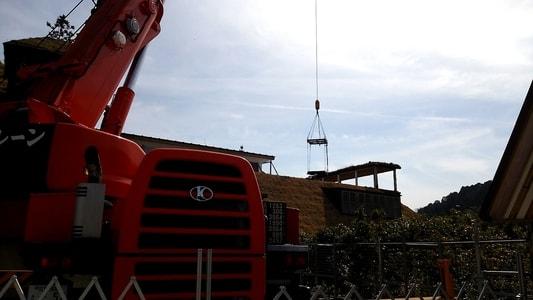 工事中のラコリーナ。クレーン車を使って屋根の工事をしている様子。