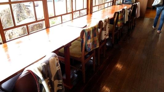 ハコテアコのカウンター席。すべての椅子にブランケットが用意してある。