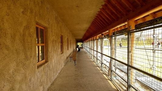 ラコリーナの長い軒下と土壁