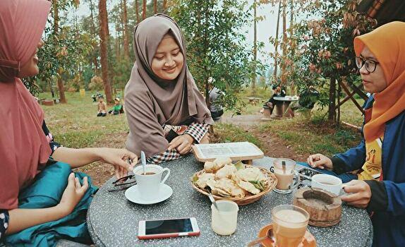 コーヒーを楽しむインドネシアの女性たち